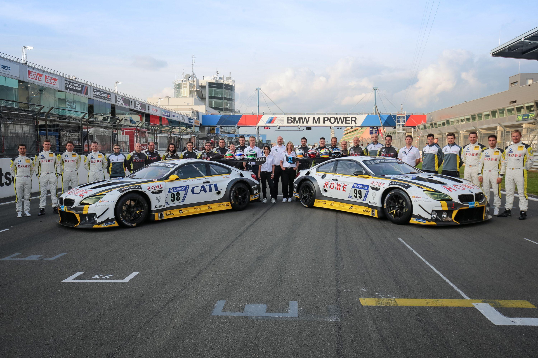 24 Stunden Nürburgring 2017 Teambild mit Fahrern und Fahrzeugen